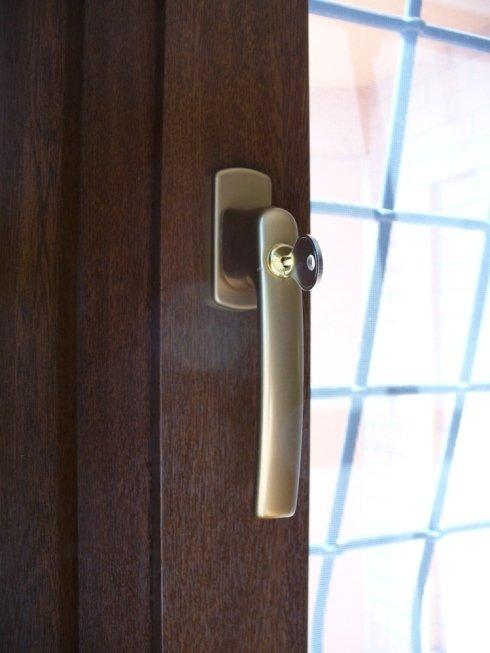 maniglia con chiave per infisso PVC Noce