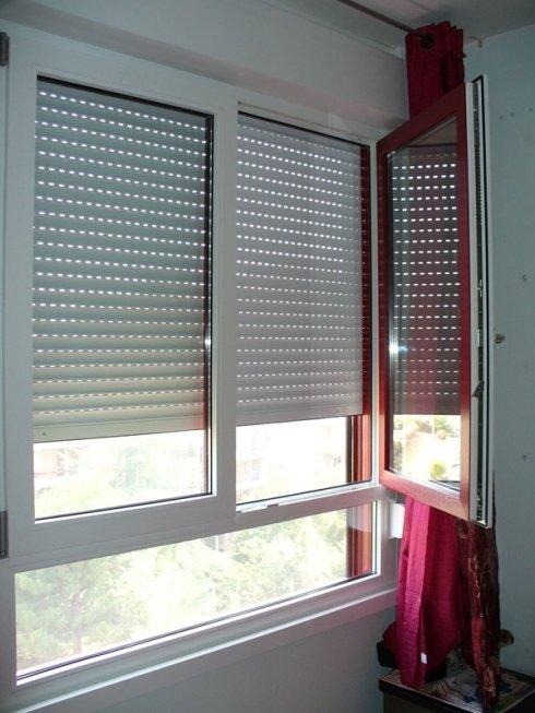 Finestra PVC bicolore bianco-rosso in monoblocco con cassonetto coibentato