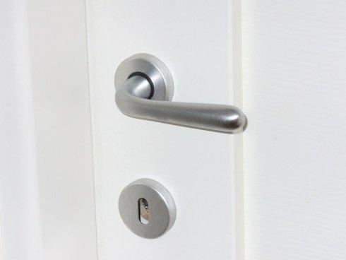 Particolare delle maniglie cromo satinato che, a richiesta, vengono fornite con le porte