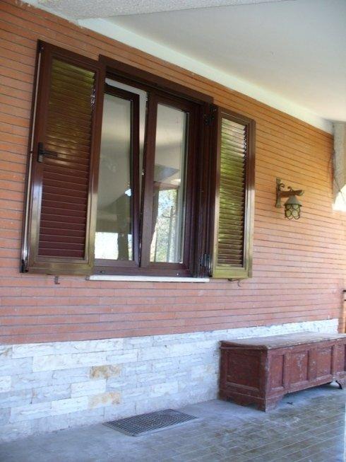 Finestra PVC Mogano con persiana Alluminio  RAL 8016