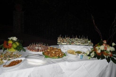 Per gli aperitivi, ad esempio, prepariamo vari tipi di salatini.