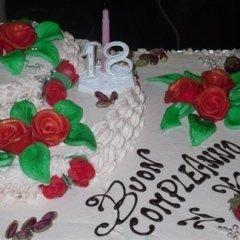 torta con applicazioni di zucchero