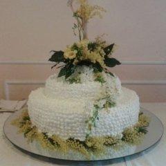 torta multipiano con decorazioni floreali