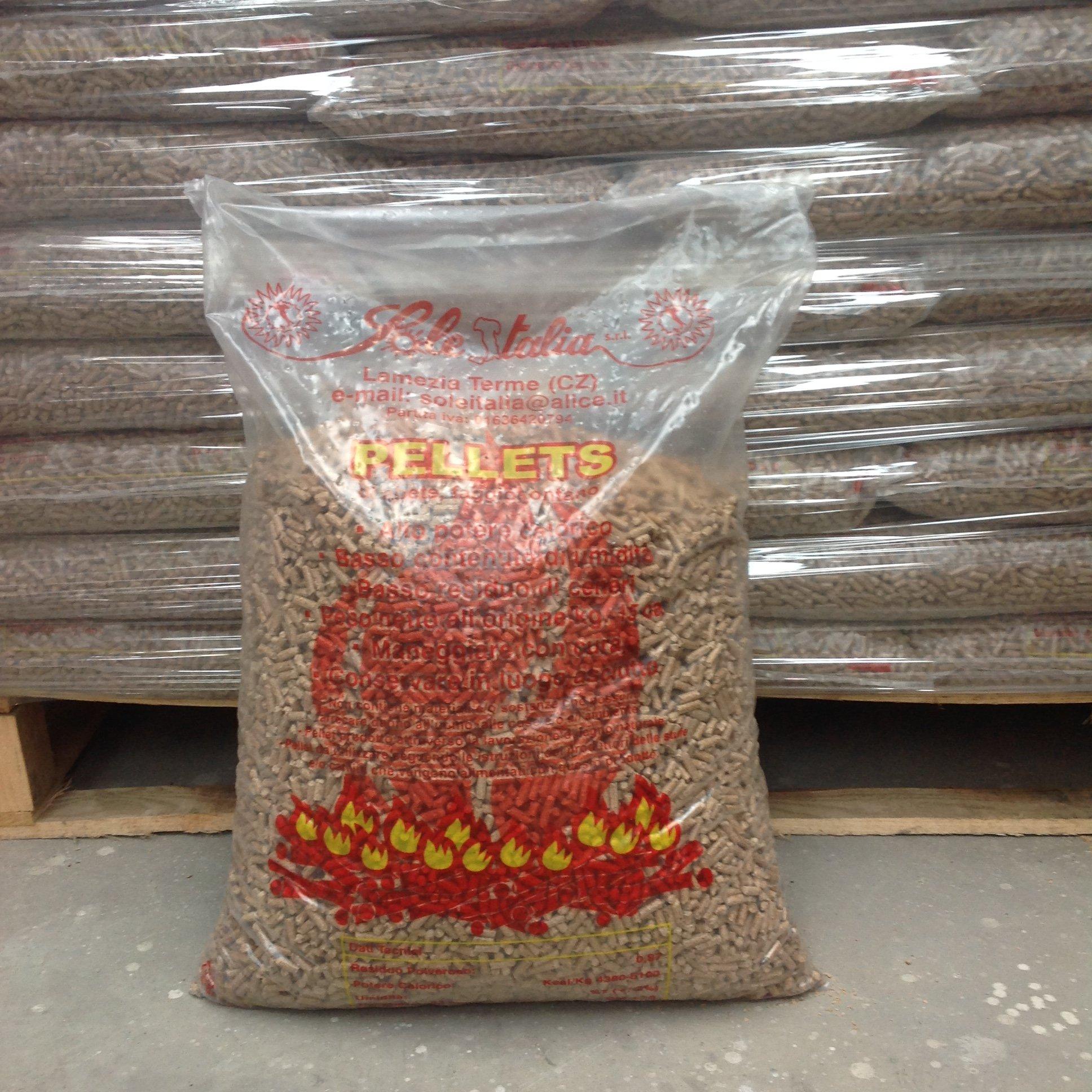 sacco di pellet con scritta rossa