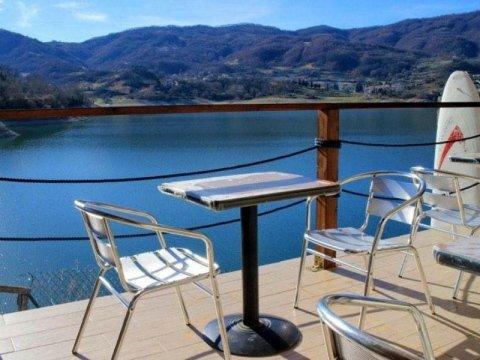Locale con vista panoramica sul lago