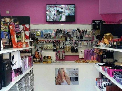 All'interno di un negozio, trucchi e attrezzi di parrucchiere
