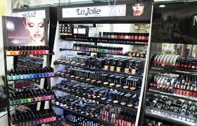 Riparto cosmetici con scritto la Jolie al interno di un negozio