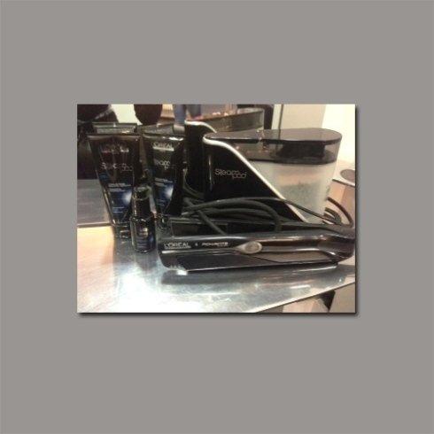 La piastra al vapore Steam Pod liscia i capelli mentre li protegge. Acquistatela presso il salone.