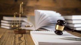 scrivania, libri, martelletto del giudice
