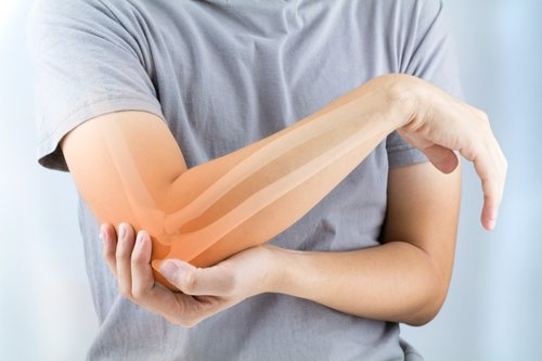 un ragazzo si tiene il braccio dolorante