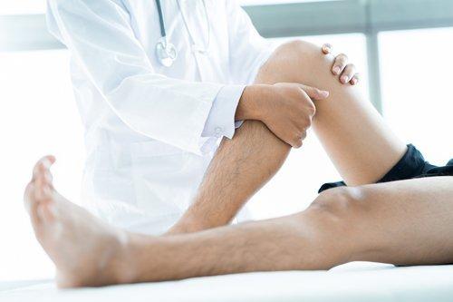 medico durante una seduta di ortopedia