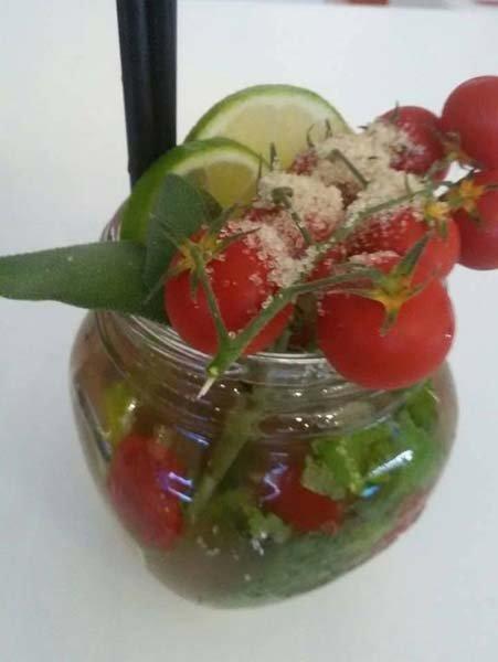 mojito con pomodori a grappolo e spicchi di limone