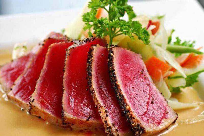 tagliata di carne cottura al sangue con verdure a contorno