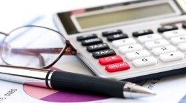 consulenza personalizzata, calcolatrice, penna, occhiali