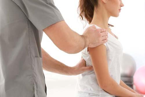 fisioterapista esegue manipolaziona alla schiena
