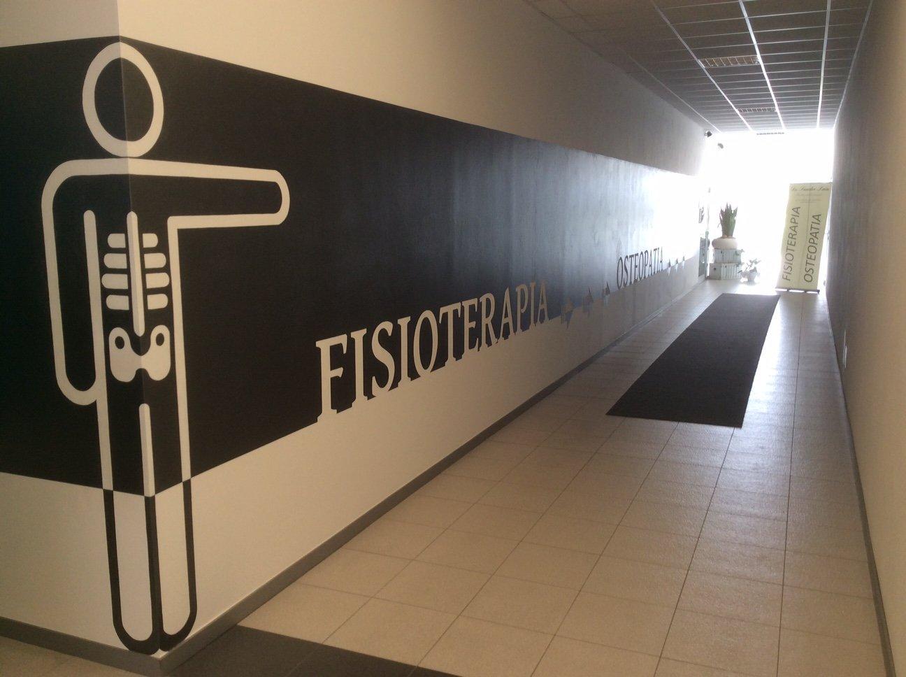 corridoio con scritta sul muro: Fisioterapia