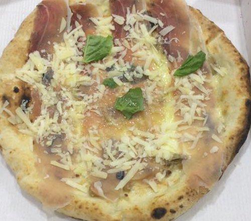 Pizza napoletana al Ristorante Pizzeria O' Giardiniello a Marano Di Napoli