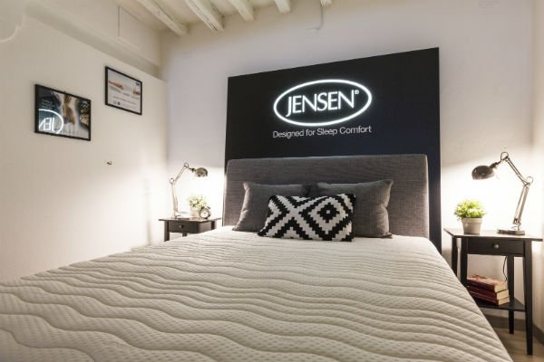 un letto singolo con un materasso e un cuscino per la