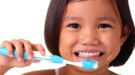 bambina che si lava i denti