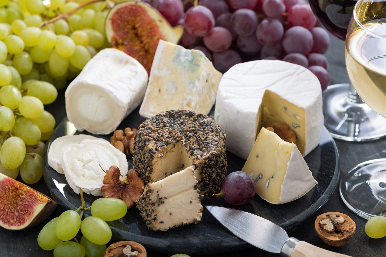 Un tagliere con dei formaggi