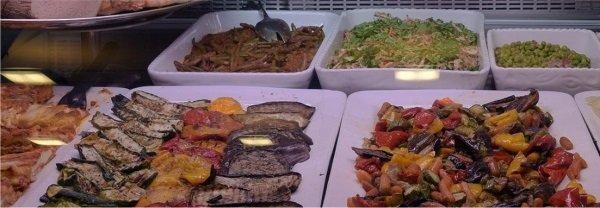Delle zucchine e altre verdure dentro dei piatti