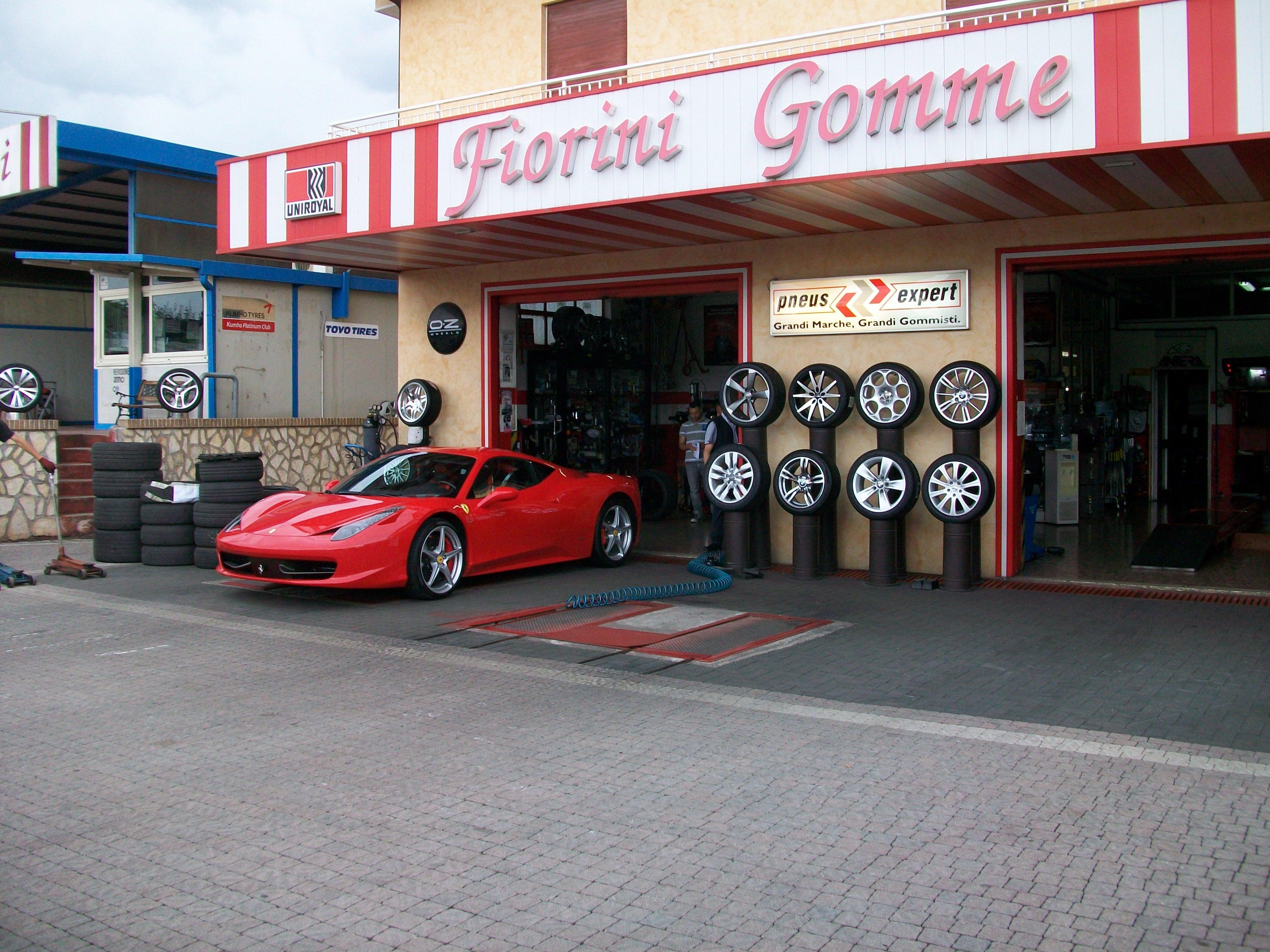 Esterno officina con Ferrari