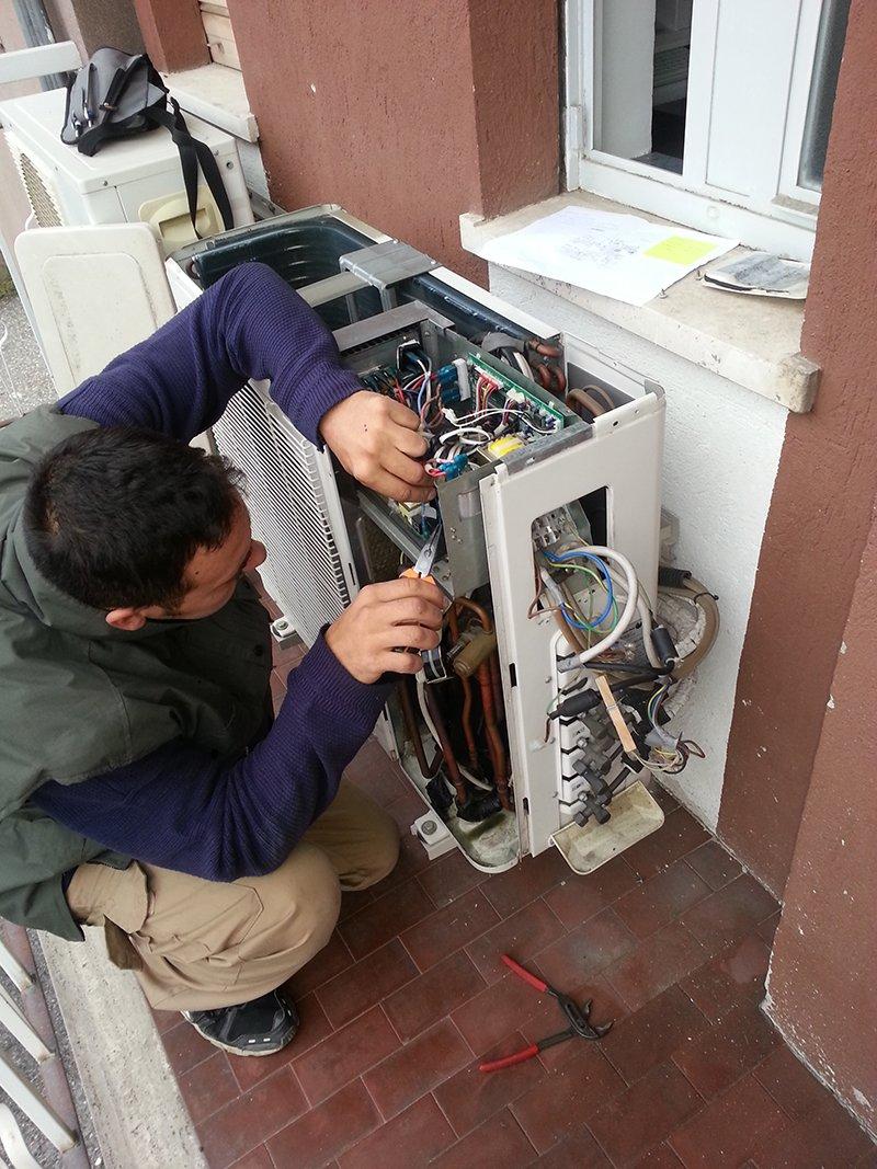tecnico ripara motore condizionatore