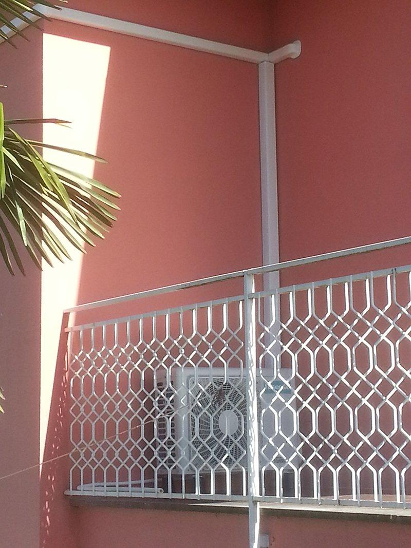 motore climatizzatore installato in balcone