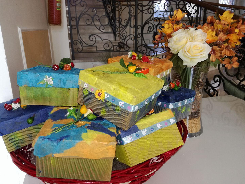 un cestino con dei pacchi regalo