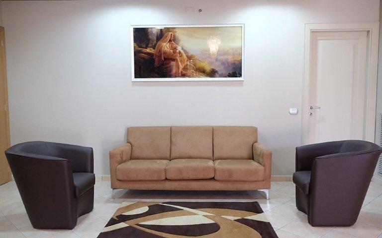sala d'aspetto con un divano