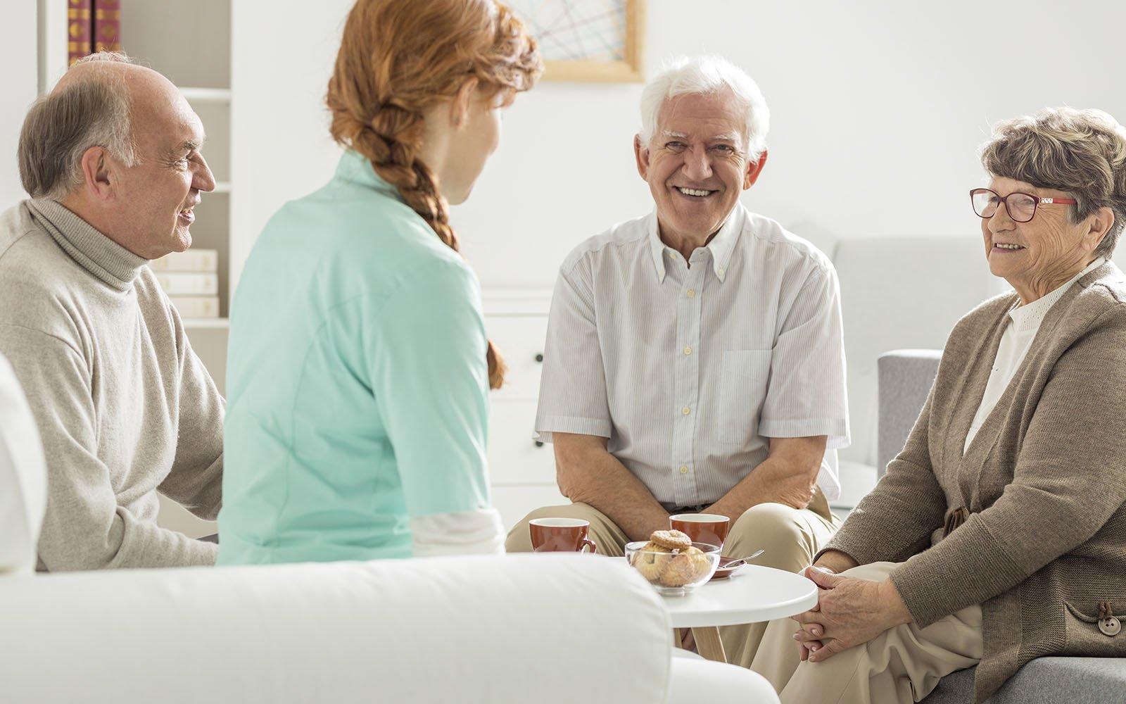 dei signori anziani che chiacchierano