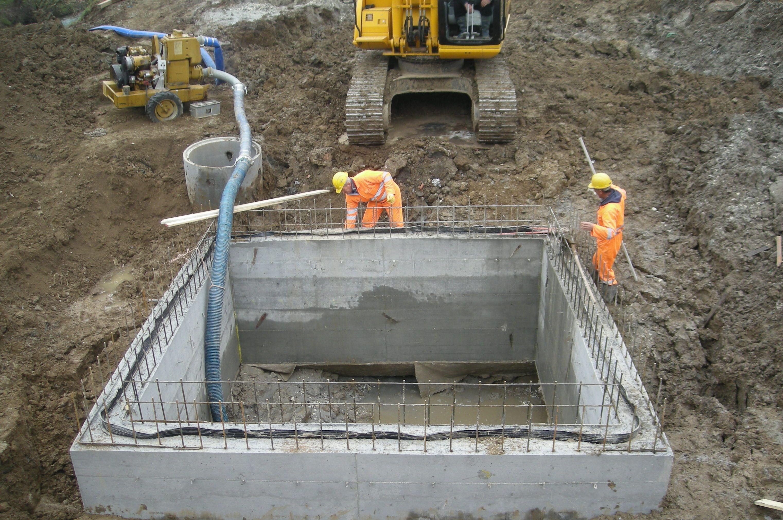 Operai al lavoro su delle fondamenta interrate