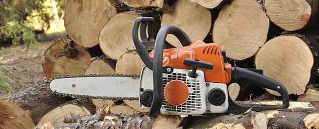 logs-and-chainsaw
