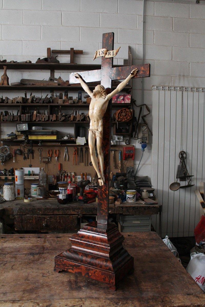statua in legno raffigurante un crocifisso con gesù