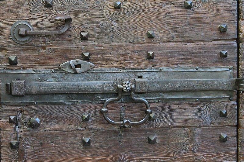 porta in legno con battenti in ferro