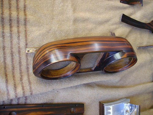 pezzo di legno con due buchi