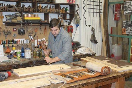 restauratore mentre lavora del legno