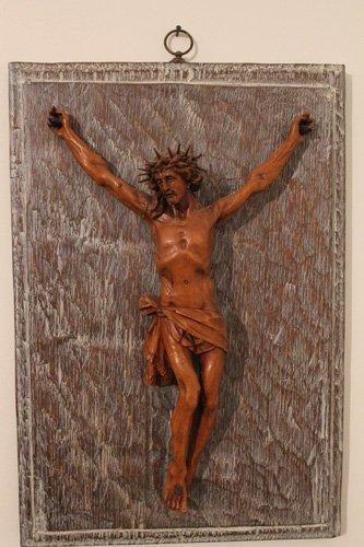 gesu cristo in croce appeso a un quadro