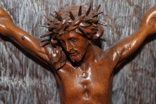 statua di gesu cristo in croce