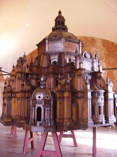 modellino di un palazzo in legno appoggiato su un tavolo
