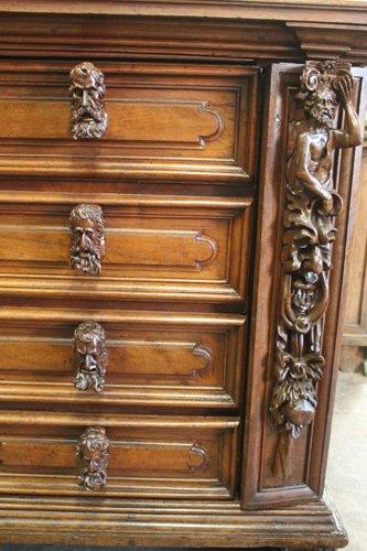 quattro cassetti di un moble in legno