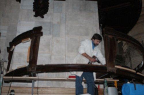 addetto sistema delle strutture in legno attorno alla colonna di una chiesa