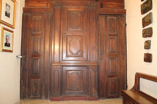 vista frontale di un confessionale da restaurare