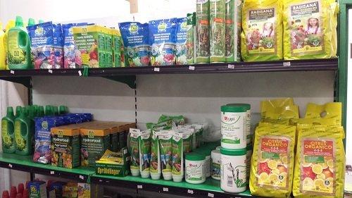 dei fertilizzanti e altri prodotti su una mensola