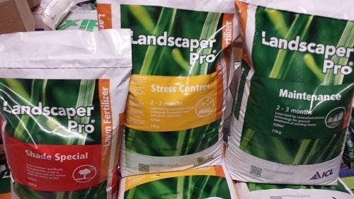 tre confezioni di prodotti per giardinaggio  della marca Landscaper Pro