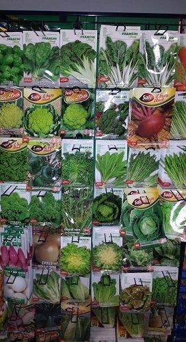 delle confezioni di semi per piante da orto