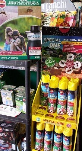 delle bombolette spray di insetticida e altri prodotti