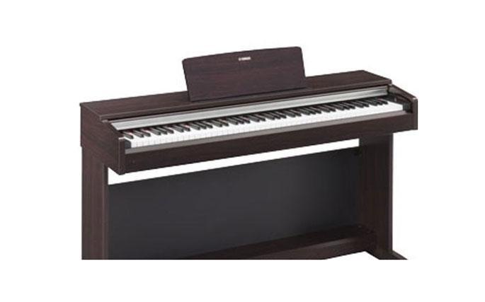Pianoforte Elettronico YAMAHA AURIUS YDP 142 : Il piano digitale Arius YDP-142 offre un tocco piano autentico e un suono adatto per ogni aspirante pianista. La meccanica Graded Hammer Standard (GHS) consente di apprendere la tecnica di diteggiatura adatta per una facile transizione ai pianoforti acustici. Pure CF Sound Engine offre le registrazioni espressive di un pianoforte a coda da concerto Yamaha.