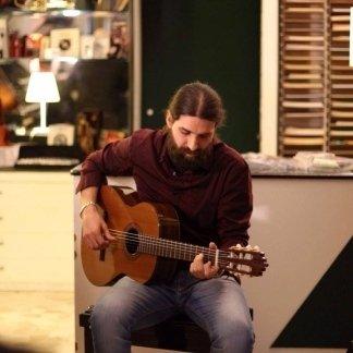 Marco Pigolotti alla chitarra