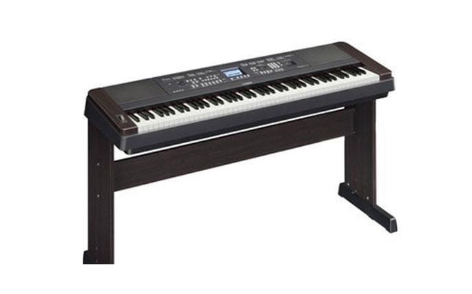 Pianoforte elettronico YAMAHA dgx 650 Più che un gran pianoforte Il DGX-650 offre la suonabilità di un vero pianoforte acustico con una completa suite di funzioni di accompagnamento automatico e prestazioni che consentono di dare forma con facilità al tuo pensiero musicale.